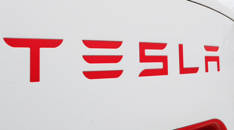 Tesla says its cars automatically stop for traffic lights